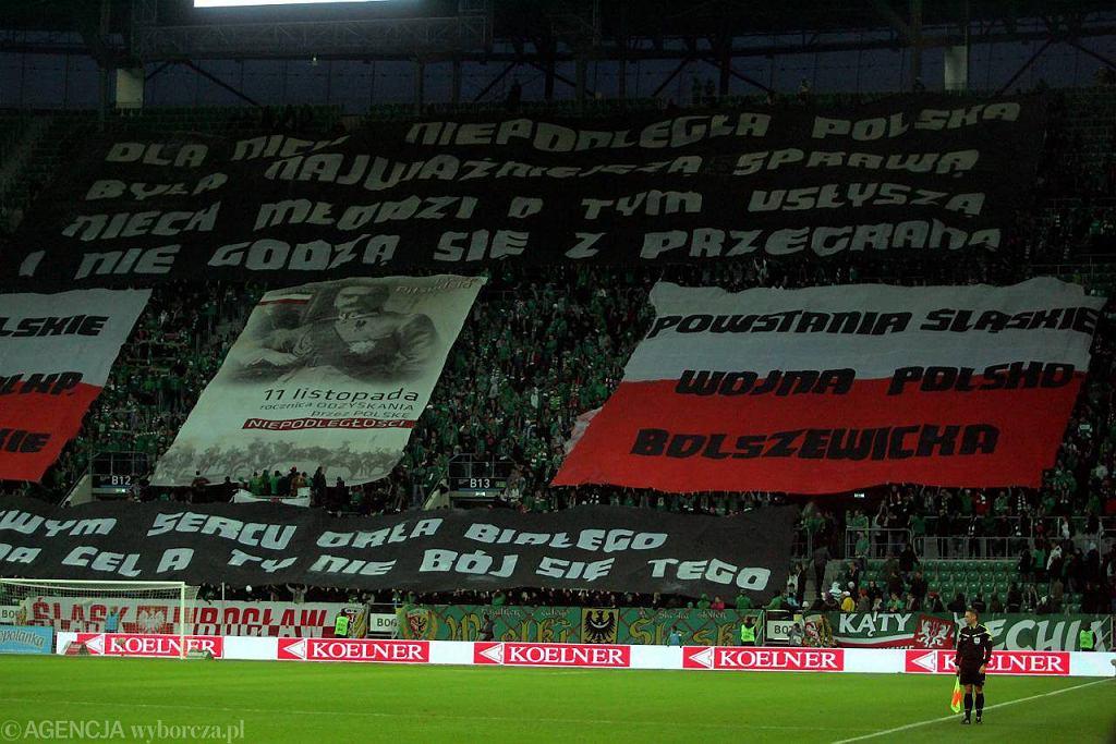 Wielu widzów zniechęca do chodzenia na mecze manifestowanie na stadionie przez kiboli swoich poglądów politycznych