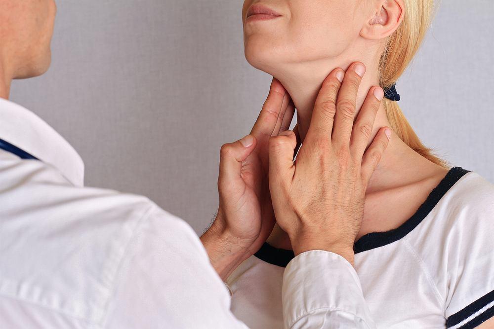 Badania tarczycy powinien wykonać każdy, kto zauważył u siebie niepokojące objawy, m.in. takie jak: spadek lub wzrost masy ciała, zmęczenie lub zbyt duże pobudzenie, kłopoty z koncentracją, wypadanie włosów i osłabione paznokcie.