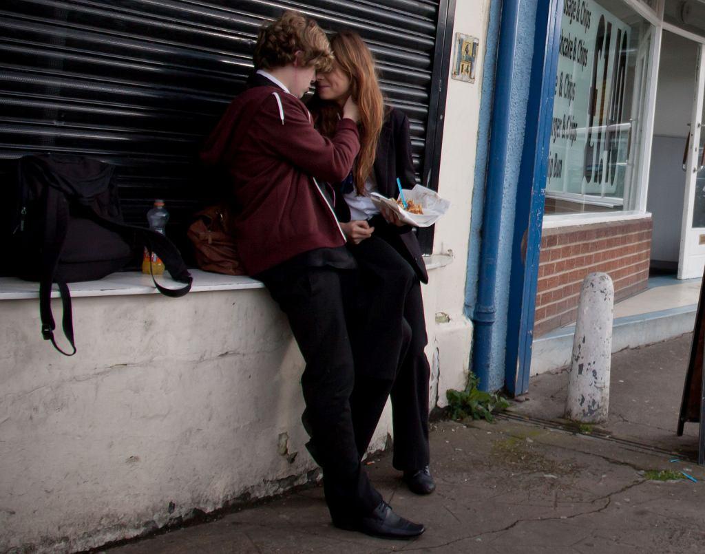 Zakochani nastolatkowie na randce