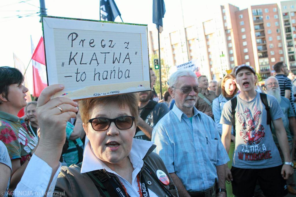 Manifestacja przy Teatrze Powszechnym.