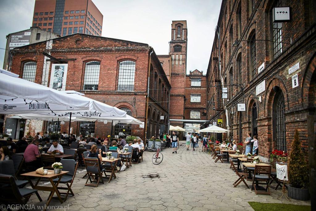 Łódź - Autorzy zestawienia zauważają, że miasto przeszło gruntowną rewitalizację, dzięki której stare fabryki zmieniły się w galerie handlowe, centra kultury i lofty. Zalecają wizytę w kompleksie Off Piotrowska.
