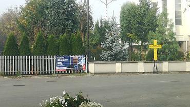 Banery wyborcze na ogrodzeniu plebanii przy parafii pw. MB Nieustającej Pomocy w Rzeszowie