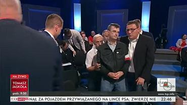 13.10.2018, incydent w wieczornym programie 'Studio Polska' na TVP Info, ochrona wyprowadza gościa, który kopnął siedzącego przed nim człowieka.