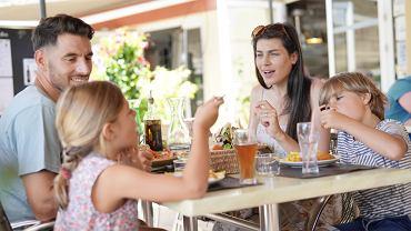 Jedzenie posiłku to moment, kiedy nikt raczej nie chciałby czuć nieprzyjemnego zapachu, czy patrzeć na dziecko, które załatwia potrzeby fizjologiczne.