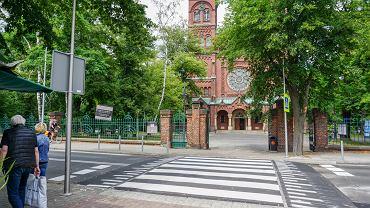 Wyniesione przejście dla pieszych przed bazyliką w Katowicach Panewnikach