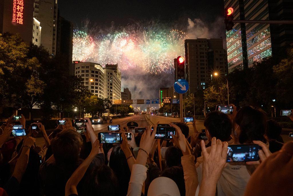 Tłum oglądający pokaz fajerwerków w Pekinie z okazji obchodów stulecia KPCh. Podobne pokazy miały miejsce w wielu miastach