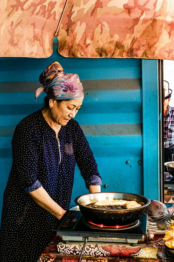 Kirgiastan, smażenie pirożków nabazarze w Dżalalabadzie