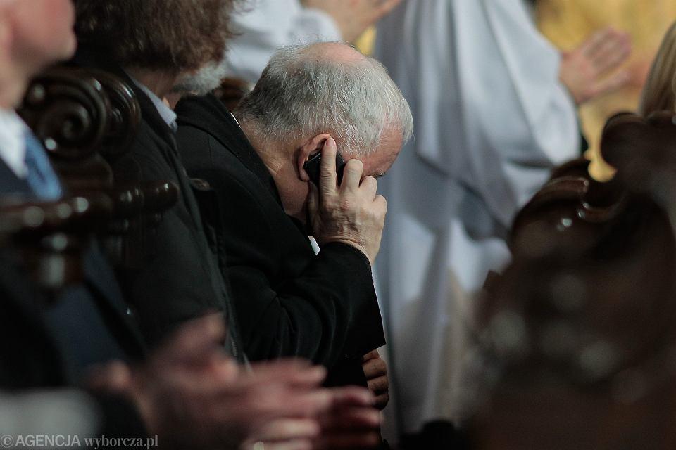 Prezes PiS Jarosław Kaczyński rozmawia przez komórkę podczas mszy w intencji ofiar katastrofy smoleńskiej poprzedzającej uroczystość odsłonięcia pomnika Lecha Kaczyńskiego na pl. Piłsudskiego. Warszaw, 10 listopada 2018