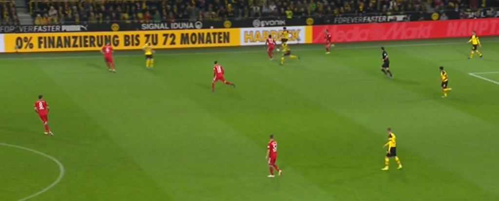 Moment poprzedzający stratę trzeciego gola przez Bayern. Wysoko wyciągnięty Suele (u góry). Na połowie Bayernu Boateng zostaje 1 na 1 z Paco Alcacerem.