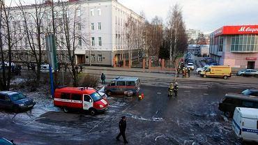 Samobójczy zamach na siedzibę FSB w Archangielsku. 17-latek Michaił Ż. 31 października wysadził się w powietrze przy wejściu do gmachu, zabijając siebie i poważnie raniąc trzech agentów.