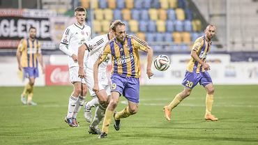 Na pierwszym planie piłkarz Arki Gdynia Grzegorz Lech podczas meczu z Pogonią Siedlce