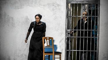 Na zdjęciu Shylock (Lester Lynch) chroni przed obcymi córkę, Jessikę (Marisol Montalvo), zamykając ją w celi