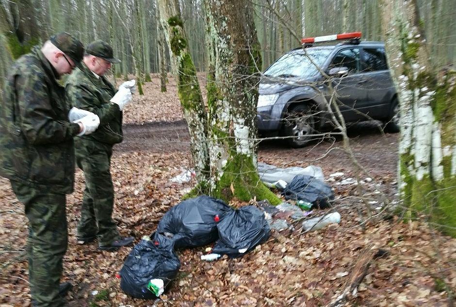 Śmieci porzucone w lesie