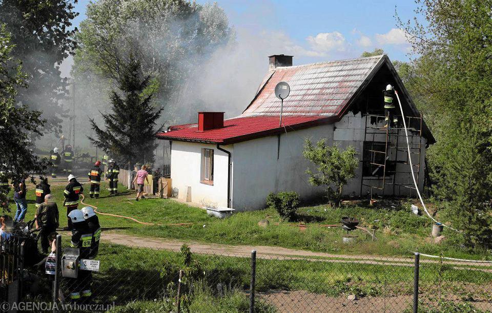 Zdjęcie numer 4 w galerii - Pożar domu w Białobrzegach. Gasiło go sześć zastępów straży [FOTO]