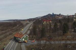 Szwedzkie miasto zostanie przeniesione o trzy kilometry. Całe domy przewożone są ciężarówkami