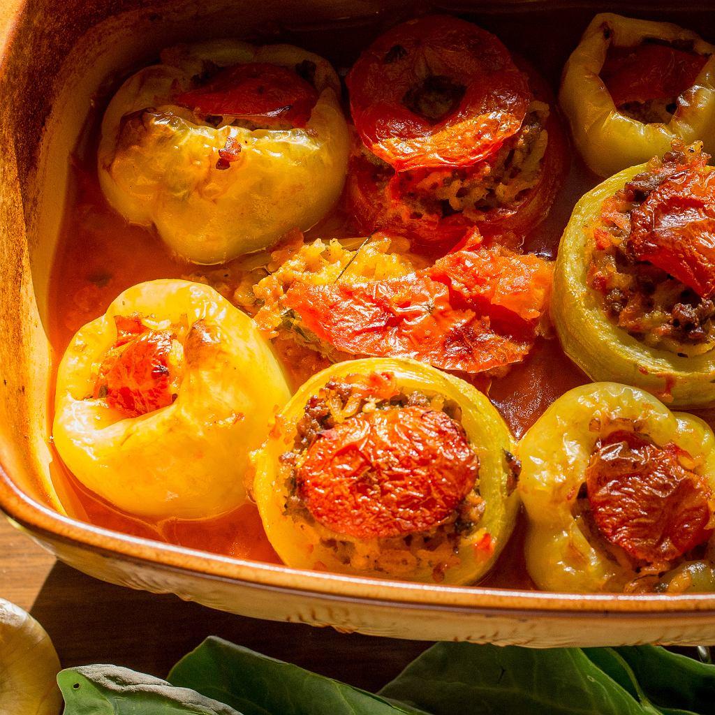 Papryki faszerowane z oliwkami i pomidorami
