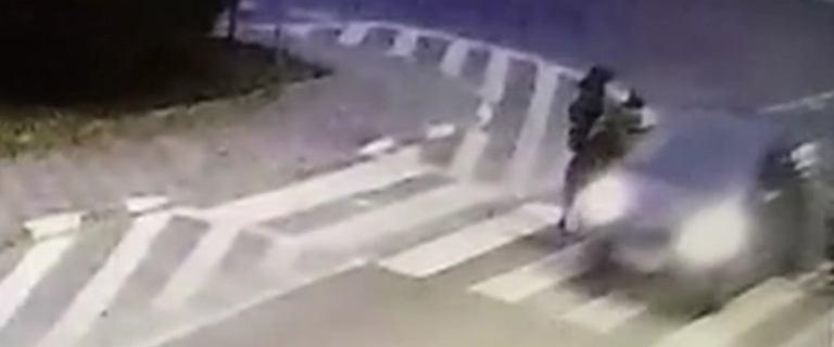 Policja szuka kierowcy, który przejechał pieszej po stopach [WIDEO]
