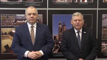 Pomnik smoleński nie jest jeszcze skończony. Marek Suski i Jacek Sasin proszą o datki