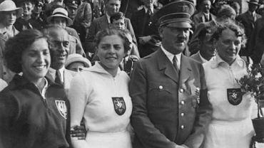 Maria Kwaśniewska (pierwsza z lewej) na zdjęciu z Adolfem Hitlerem wykonanym tuż po ceremonii dekoracji medalistek rzutu oszczepem podczas igrzysk w Berlinie w 1936 r. Obok Polki srebrna medalistka Luise Krüger, a pierwsza z prawej - mistrzyni Tilly Fleischer.