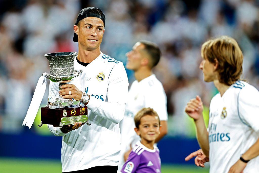Cristiano Ronaldo z trofeum. Real Madryt wygrywa Superpuchar Hiszpanii, pokonał Barcelonę w dwumeczu 5:1