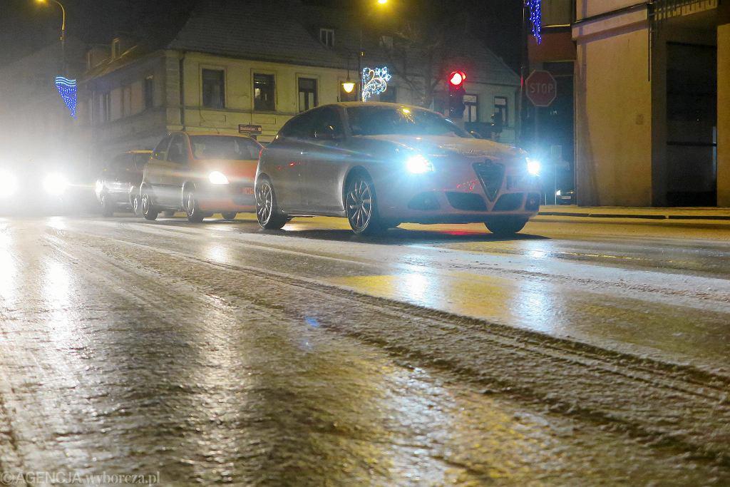 Lód na drogach i sparaliżowane miasto