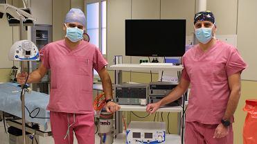 Lek. med. Mirosław Harężlak, ordynator Oddziału Chirurgii Dziecięcej (z prawej) oraz lek. med. Jakub Ptaszkiewicz (z lewej) obok nowego sprzętu, który zakupiono na potrzeby wykonywania nowych zabiegów
