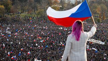 Antyrządowa, pokojowa demonstracja w Pradze. Protestujący wzywają premiera Babisia do ustąpienia. Czechy, 16 listopada 2019
