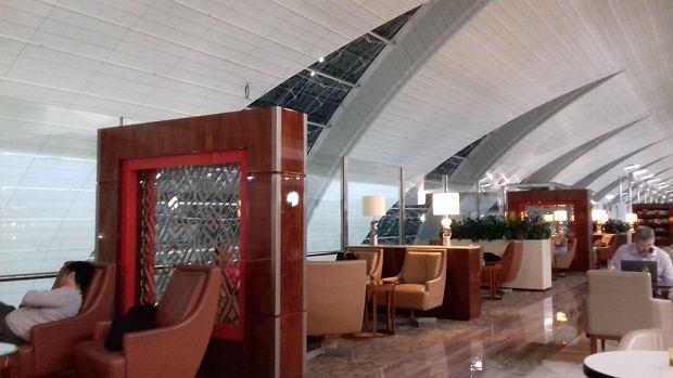 Salonik biznesowy na lotnisku w Dubaju dla pasażerów klasy biznes w Emirates