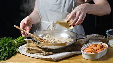 Czy poprzez smażenie lub gotowanie, alkohol faktycznie całkowicie odparowuje z dania?