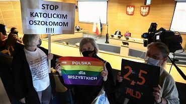 Sejmik Województwa Małopolskiego nie unieważnił deklaracji anty-LGBT, co grozi utratą miliardów z funduszy unijnych. Jan Duda proponuje zastąpić 'LGBT' określeniem: 'neomarksistowska ideologia płciowości kulturowej'