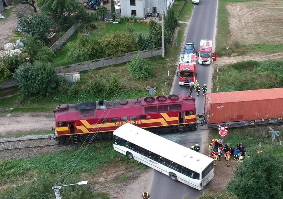 Do wypadku doszło po godzinie 16 w poniedziałek na niestrzeżonym przejeździe kolejowym w miejscowości Turkowy
