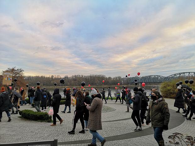 Zdjęcie numer 0 w galerii - Wystawa strajkujących obrazów i spacer z balonami. Przed zatrzymaniami Toruń radośnie świętował prawa wyborcze kobiet
