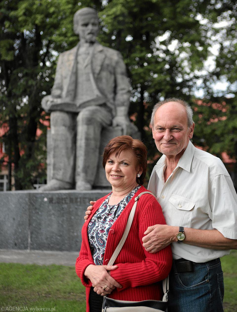 Elżbieta Roznowska i Stanisław Policiński na tle jednego z dzieł swojego ojca - pomnika Henryka Sienkiewicza w III Alei w Częstochowie