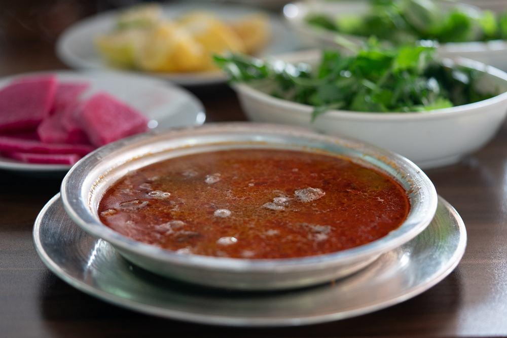 Czernina to słodko kwaśna zupa, która budzi dość ekstremalne emocje. Od zachwytu, przez akceptację, po awersję.