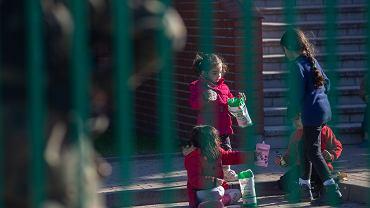 Michałowo. Grupa kilkunastu uchodźców, w tym 8 dzieci zatrzymanych przez Straż Graniczną