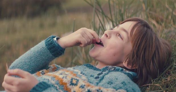 Uroczy chłopiec pokazuje, że zdrowa dieta jest ważna nawet w spełnianiu swoich marzeń