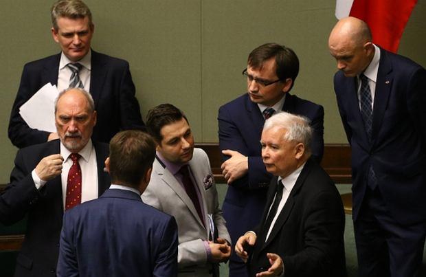 Ministrowie Macierewicz, Błaszczak, Ziobro, wiceminister Jaki i Jarosław Kaczyński w Sejmie