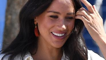 Meghan Markle przyłapana w Kanadzie na spacerze z psami i Archiem. Uśmiechnęła się na widok paparazzi. Dawno nie widzieliśmy jej tak szczęśliwej!