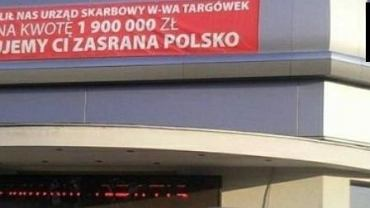 Taki baner Zbigniew Stonoga wywiesił na salonie samochodowym