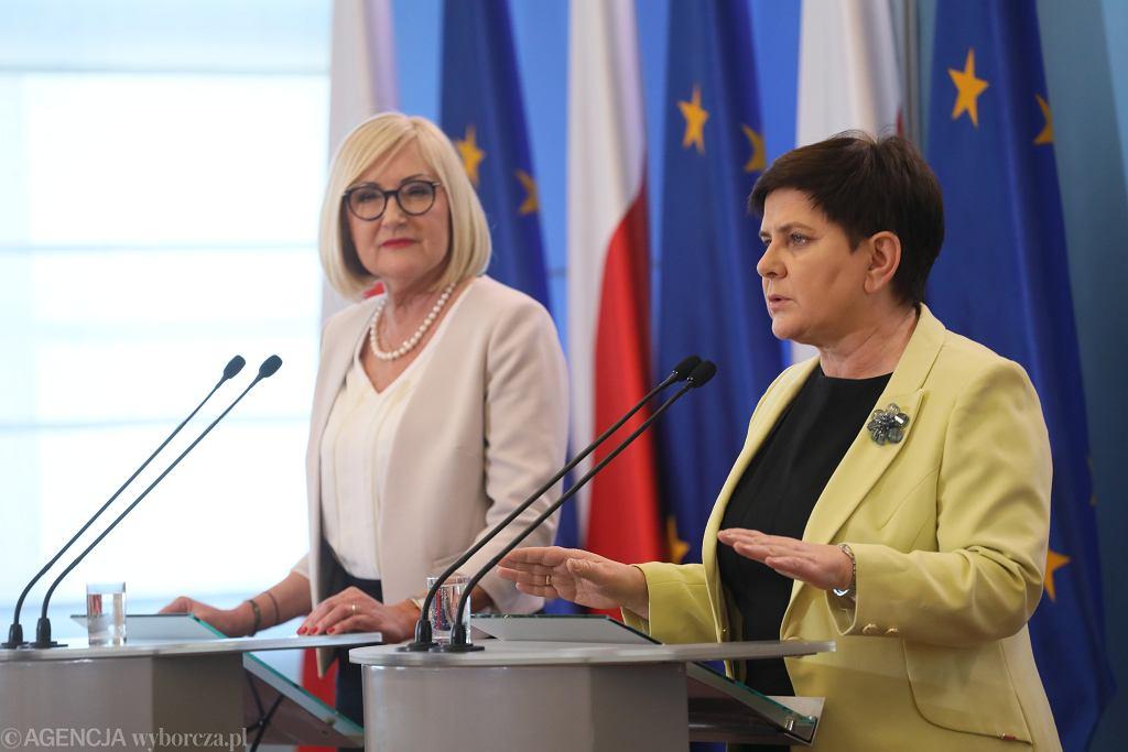 Była premier, obecna wicepremier Beata Szydło, oraz rzeczniczka rządu PiS Joanna Kopcińska podczas konferencji dot. trwającego ogólnopolskiego strajku nauczycieli. Warszawa, KPRM, 9 kwietnia 2019