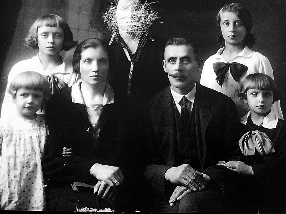 Dziadkowie Moniki Płatek z córkami. Zamazana została kochanka dziadka