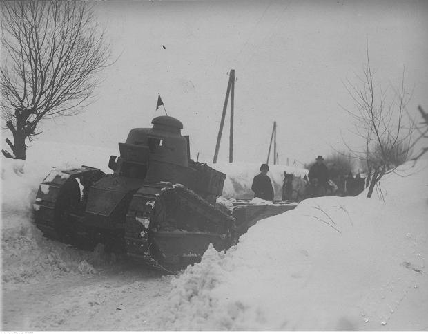 Czołgi Renault odśnieżające drogę