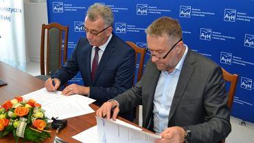 Rektor ATH prof. Jarosław Janicki oraz Rafał Sonik podpisali umowę o współpracy pomiędzy Akademią Techniczno-Humanistyczną a Gemini Park Sp. z o. o.