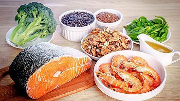 Orzechy, tłuste ryby morskie, olej rzepakowy i rośliny zielone zawierają składniki, których potrzebują nasze włosy