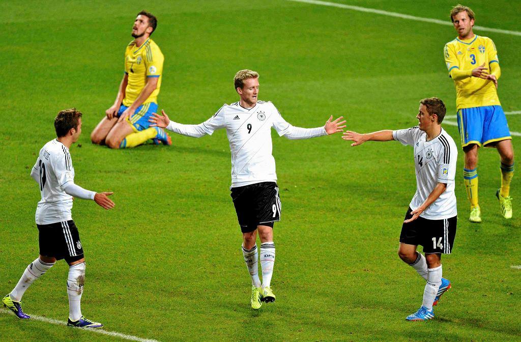 Andre Schuerrle (ś), Mario Gomez (l), Max Kruse cieszą się z kolejnego gola strzelonego Szwedom