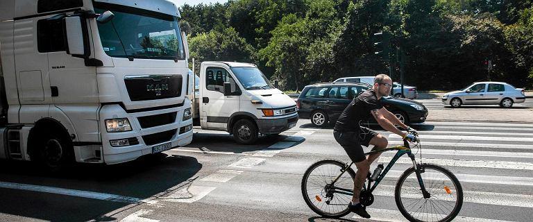 """Już nie podjedziesz na metr od rowerzysty. Koniec z jazdą """"na gazetę"""". Zmiany są już w Sejmie"""