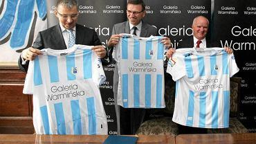 Podpisanie umowy na sponsorowanie klubu piłkarskiego Stomil Olsztyn przez spółki CCC i Libra Projekt. Od lewej: Dariusz Miłek, prezes CCC, prezydent Piotr Grzymowicz, Lech Chudy, prezes Libra.