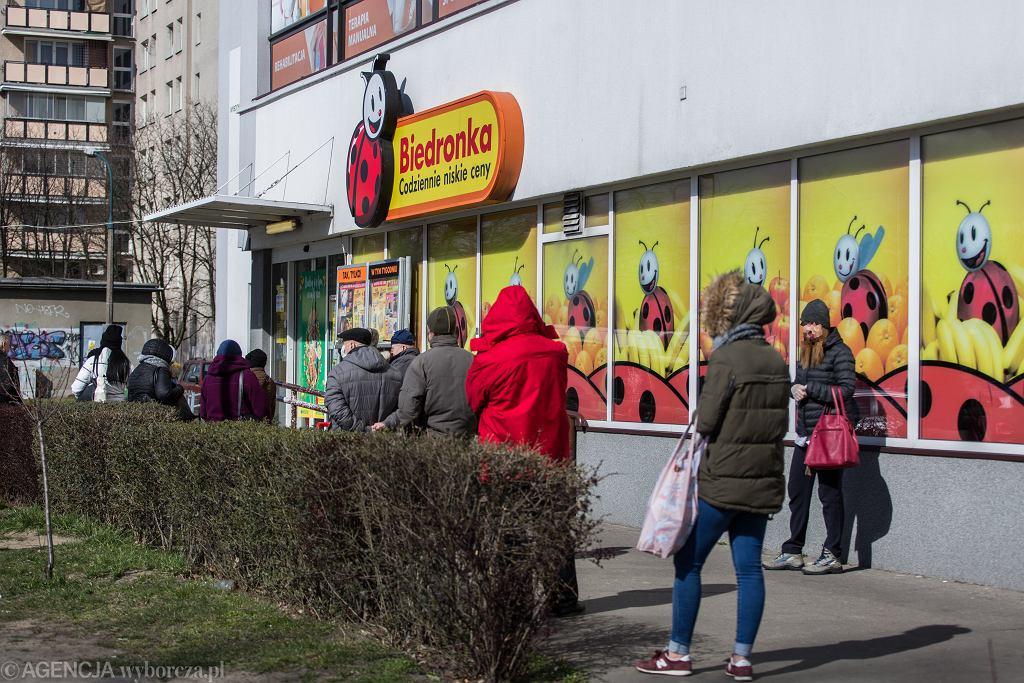 31.03.2020, Warszawa, kolejka do Biedronki na Bródnie.