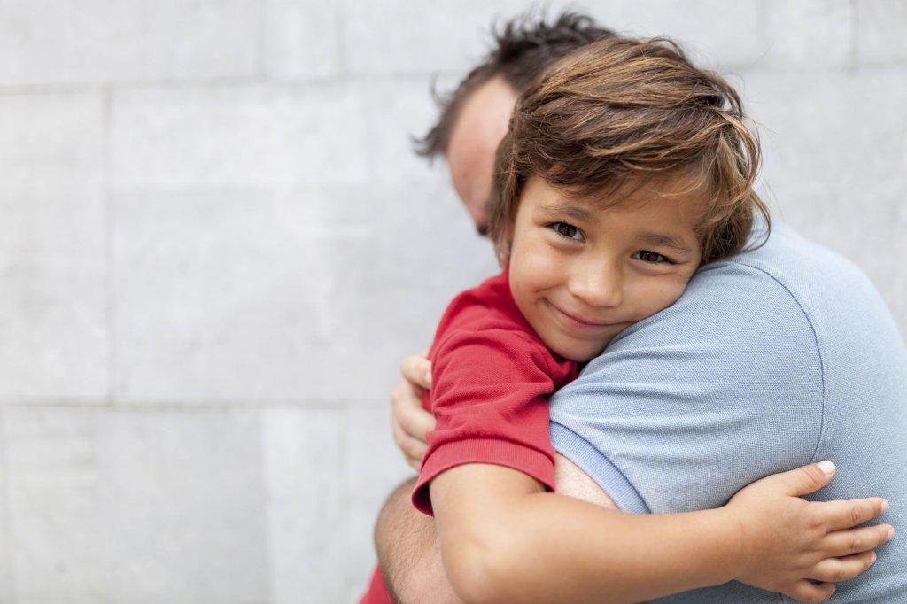 Niegdyś przytulanie dzieci uważane było za zachowanie niemęskie (fot. iStockphoto.com)