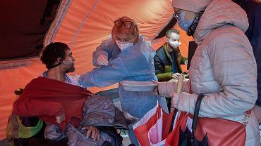 Pandemia koronawirusa. Gigantyczne kolejki chętnych do szczepienia preparatem Johnson & Johnson w ramach rządowej akcji 'Zaszczep się w majówkę'. Poznań, Malta, 2 maja 2021